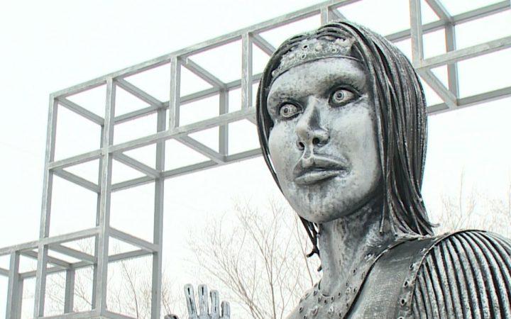 Памятник Аленке выставили на торги за 1 млн рублей_60027f4e28b0f.jpeg